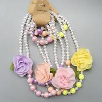 a150aaedce75 Moda infantil collar de perlas de moda niñas perlas blancas redondas  Nacklace pulseras decoradas camelia con accesorios de flores A8129