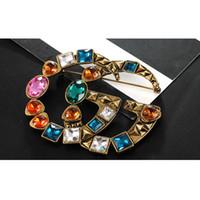 vintage rhinestone toptan satış-Kadınlar Ünlü Marka Tasarımcı Retro Kristal Broş Vintage Lüks Renkli Rhinestone Takım Yaka Pin Avrupa Marka Takı