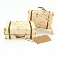 box für schokoladenverpackung großhandel-Kreative Mini Koffer Design 50 teile / los Candy Box Süßigkeiten Verpackung Karton Schokoladenkasten Hochzeit Geschenkbox mit Karte für Event Party