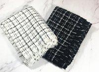 Le nouveau hiver 2018 imitation argent frangé de soie chaud écharpes à  carreaux noir et blanc cachemire unisexe 00245bdb91c
