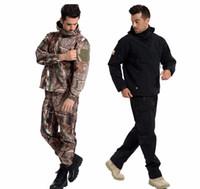 armee tarnung uniform männer großhandel-Mode Taktische Ausrüstung Softshell Camouflage Anzug Männer Armee Wasserdichte Warme Militäruniform Windjacke Fleece Mantel Militärische Kleidung Sets