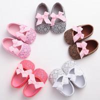 schuhe taufe taufe großhandel-Neue Ankunfts-Art und Weise entwarf elegante Spitze-Bowknot-Säuglingsbaby-Taufkrippe-Schuhe mit Baumwollweicher Sohle