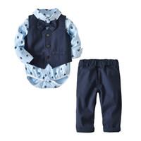 bebek boyun kravat takımları toptan satış-Bebek erkek beyefendi kıyafetler çocuk baskı romper + yelek + Papyon + pantolon 4 adet / takım 2018 Sonbahar Butik takım elbise çocuk Giyim Setleri 2 renkler C4405