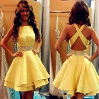 sarı gelinin elbiseleri boncuklar toptan satış-Seksi Saten Sarı Boncuk Mezuniyet Elbiseleri Sequins Çapraz Sapanlar Geri Arapça Nedime Kısa Balo Elbise Kokteyl Parti Kulübü Giymek Mezuniyet