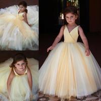 cd3657a514001 Açık Sarı Balo Çiçek Kız Elbise Düğün V Boyun Için Toddler Pageant  Törenlerinde Kanat Kat Uzunluk Tül Çocuklar Balo Elbise