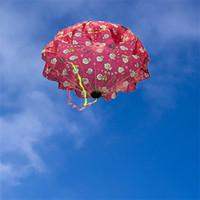 brinquedos de movimento venda por atacado-Decoração de guarda-chuva novidade itens fly crianças pára-quedas motion home decor mão lance kid toys musculação venda quente 5hk v