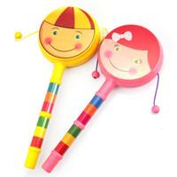 hand rasseltrommel großhandel-30 STÜCKE Kinder Hand Spieltrommel Baby Cartoon Lächeln Rassel Doppel Welle Wasserkocher Kunststoff Musikinstrumente Spielzeug