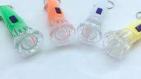 pequeñas linternas de plástico al por mayor-Venta directa de plástico ventiladores linterna pequeña Venta al por mayor LED llavero al aire libre que lleva linterna creativa al por mayor
