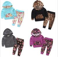 zwei farben kapuzenpullis großhandel-23 Farben Baby Mädchen Jungen Trainingsanzüge Floral Lässige Hoodies Sport Sets zweiteilige Leopard Stripe Hooded + Hose Neugeborenen Jungen Designer-Kleidung