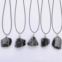 cuir brut achat en gros de-Collier pendentif tourmaline pierre brute collier en cuir Schorl Chakra Guérison Cristal Cristal Quartz Point pendentif Collier en pierre naturelle