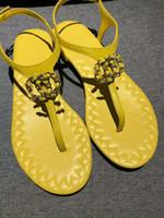 zapatos planos de estilo europeo al por mayor-Nuevas sandalias clásicas europeas de las mercancías del estilo de las mercancías de las señoras calzan las letras de oro genuinas las hebillas decorativas, caucho de fondo plano