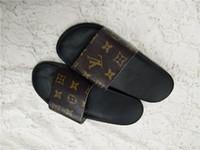 sıcak kadınları şeritlendir toptan satış-Sıcak satış markalar Erkekler kadınlar Plaj Slayt Kırmızı Yeşil Sandalet 2019 Açık Terlik Erkek bayan Plaj Moda slip-on tasarım sandalet Slayt şerit