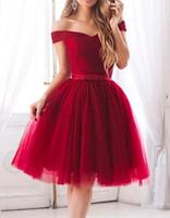 короткое платье из красного тюля оптовых-Red Tulle Короткие платья возвращения на родину 2018 с плеча оборками до колен Sweet 16 девушка выпускного платья выпускные платья на заказ