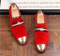 mens camurça mocassins casuais sapatos venda por atacado-Novo 2019 mens moda veludo bordados mocassins apontou toe deslizamento em sapatos casuais planas condução sapatos de veludo vermelho preto mocassins 38-46