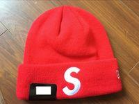 ingrosso berretti rossi neri-