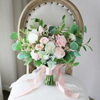 yeni pembe gül çiçekleri toptan satış-Pembe Beyaz Gül Forset Gelin Buketleri 2019 Yeni Tasarım Düğün Ev Dekorasyon Yapay Gelin Tutan Broş Buket Gelin Fotoğraf