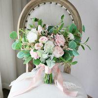 neue rosa rosensträuße großhandel-Rosafarbene weiße Rose Forset-Brautsträuße 2019 neues Entwurfs-Hochzeits-Ausgangsdekoration-künstliche Braut, die Brosche-Blumenstrauß-Braut-Fotografie hält