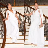 chiffon- partei-abschlussballkleid-abendkleid großhandel-Weißer Overall Abend Prom Kleider Party Kleid Abendkleider mit Cape Wrap Vestido De Festa V-Ausschnitt Hosenanzug Kleider Plus Size anpassen