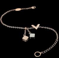 quadratische armbänder großhandel-Titan Stahl Schmuck Großhandel zwei quadratische geschnitzten Muster mit Kristall V-förmigen Armband 18 Karat Gold Frau V Farbe Armband
