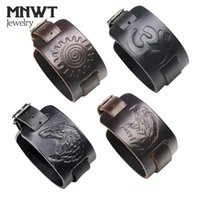 pulsera de amuleto de lobo al por mayor-MNWT Charm Wide Leather Bracelet Negro Marrón Hombres Moda en relieve Wolf / Eagle / Totem Wristband Brazalete Punk Rock Style Jewelry