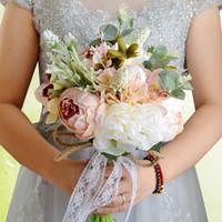 lila rosa blumenstrauß großhandel-Purpurroter rosa roter Brauthochzeits-Blumenstrauß-bunte Hochzeits-Dekorations-künstliche Brautjungfern-Blumen-Perlen-Perlen-Braut, die Blumen CPA1540 hält