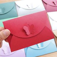kırmızı zarf davetiyeleri toptan satış-100 adet / grup 10.5 * 7 cm Kırmızı Basit Kelebek Toka Kraft Kağıt Zarflar Retro Küçük Zarf Kağıt Davetiye Zarf Kart