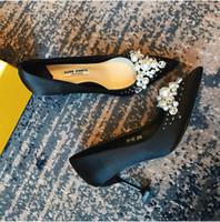 zapatos de vestir de satén negro al por mayor-Zapatos negros de tacón alto y seda americana y taladro satinado cosiendo a mano perlas y zapatos puntiagudos 403
