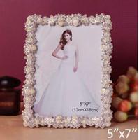 marco de fotos de perlas de plata al por mayor-Acentos de la boda de lujo Rectángulo de plata brillante con perlas blancas y cristales claros Jeweled 5x7 pulgadas Marco de fotos de metal