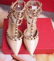 sexy sexy vestido preto venda por atacado-Mulheres sapatos de salto alto Designer de sapatos de festa rebites meninas sexy apontou toe sapatos fivela plataforma bombas sapatos de casamento preto branco cor rosa