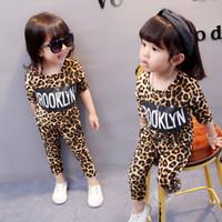 leopar bebek çocuk giysileri yazdır toptan satış-Bebek Kız Leopar Giyim Setleri Uzun Kollu O-Boyun Üst Pantolon Harfler Baskılı Sıkı Bahar Sonbahar Iki parça Çocuk Yürüyor kıyafetler