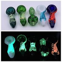 4inch rohr großhandel-Glow In The Dark Glashandtaschenrohr Night_luminous Großhandel Glaspfeifen Rauchen Tabak Handpfeifen 4inch Silikonrohr Löffelrohr