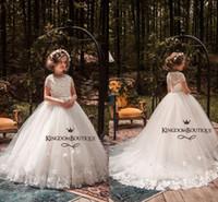 bebek çiçek kız elbise kelebek toptan satış-Yeni Moda Fildişi Güzel Çiçek Kız Elbise Kelebekler 3D Çiçek Aplike Kat Uzunluk Kızlar Pageant Elbiseler Bebek Kız İlk Doğum Günü