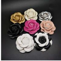 takım elbise için pembe çiçek toptan satış-Charm Klasik Beyaz Pembe Siyah Kamelya Pin Broş Kaliteli PU Deri Çiçek Kadınlar Pin Broş Takım Kazak Gömlek Pin Broş