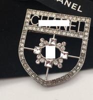 medaillenbroschen großhandel-Mode neue Damen Legierung hohlen Diamant Medaille Briefe Brosche Designer Mädchen Geschenke Hochzeit Brautschmuck Zubehör
