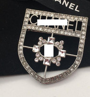 broches de medalla al por mayor-Nuevas señoras de la manera de aleación de diamante hueco medallas de la etiqueta del diseñador regalos de la muchacha de la boda accesorios de la joyería nupcial