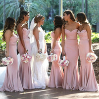 satin rosa herzen großhandel-Land Rosa Meerjungfrau Brautjungfer Kleider 2018 Sweet Heart Backless Sweep Zug Lange Garten Hochzeit Gast Kleider Trauzeugin Kleid
