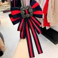 camisas de vestir rhinestone al por mayor-De lujo para mujer broche rayas rojas y azules broches camisa escote arco broche de moda Rhinestone broche para el vestido