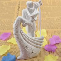 novia novio pasteles de boda al por mayor-Novia y el novio de resina blanco romántico pastel de bodas Topper Stand pareja estatuilla regalos de boda