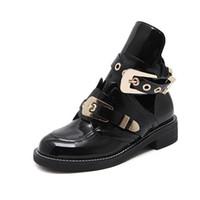 botas de correa abierta al por mayor-botas famosas de la marca de la mujer hebilla de la correa botas de bota cortada para mujer hebilla de metal abierto Martin barcos estilo británico