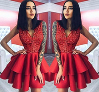 vestido de camada curta vermelha venda por atacado-Layer Ruffles Vermelho Curto Vestidos de Cocktail A Linha V Pescoço Apliques Top Joelho Comprimento Homecoming Vestidos de Baile Vestido de Noite