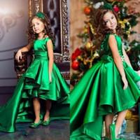 13 goldcharme großhandel-Emerald Green High Low Mädchen Pageant Kleider 2019 Rüschen Eine Linie Kinder Blume Geburtstagsparty Tragen Charming Child Communion Kleider Custom