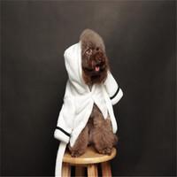 теплый шлем любимчика для зимы оптовых-Одежда для собак Pet Марка Дизайнер Пижамы Зима Осень Белая Плюшевая Вышивка Роскошные Теплые Пижамы С Шляпой Горячей Продажи 29bg чч