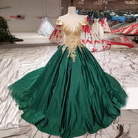 vestido de baile ouro noite tops venda por atacado-Top de ouro e vestido de baile verde vestido de baile Off The Shoulder Sheer Neck Applique vestido de noiva Lace-up até o chão vestido de noite formal