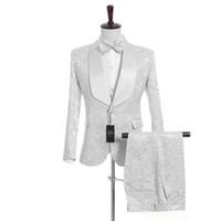düğün damat için en uygun toptan satış-(Ceket + Pantolon + Yelek + Kravat) Özelleştirmek Şal Yaka Yakışıklı Beyaz Damat Smokin Groomsmen İyi Adam Suit Erkek Düğün Suits 0001