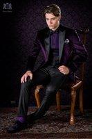 lila krawatten weste großhandel-Neue Ankunfts-ein Knopf-purpurrote Samt-Hochzeits-Bräutigam-Smoking-Spitzenrevers Groomsmen-Mens-Geschäfts-Partei-Klagen (Jacke + Pants + Vest + Tie) NR .: 1436