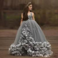 çiçek kızı elbise ruffle tren toptan satış-Prenses Gri Çiçek Kız Elbise Balo El Yapımı Çiçekler Boncuk Kızlar Pageant Elbise Sweep Tren Ruffles Etek Tül Çocuklar Parti Törenlerinde
