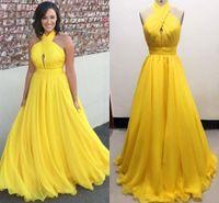 ingrosso giallo halter-Gli abiti da sera lunghi chiffoni di formato più di formato giallo Halter hanno pieghettato il pavimento di Flowy la lunghezza Backless Evening Dresses Formal Gowns