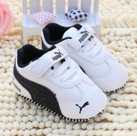 bebek çocuk karyolası ayakkabıları toptan satış-Yenidoğan Bebek Erkek Çocuk Ayakkabıları Beşik Bebe Bebek Yürüyor Klasik Moda Metal Toka İlk Walkers Loafer'lar Prewalkers