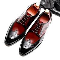 36a26954f Designer de verão Homem Sapatos de Casamento Brogue Couro Genuíno Esculpida  Oxfords Dedo Do Pé Redondo Respirável dos homens Vestido Formal Calçado