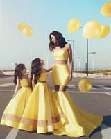 vestido de niña de flores amarillo sin tirantes al por mayor-Árabe 2018 realeza amarillo joya de dos piezas una línea vestidos de niña de las flores Mini yo madre hija vestidos para bodas sin tirantes niños fiesta